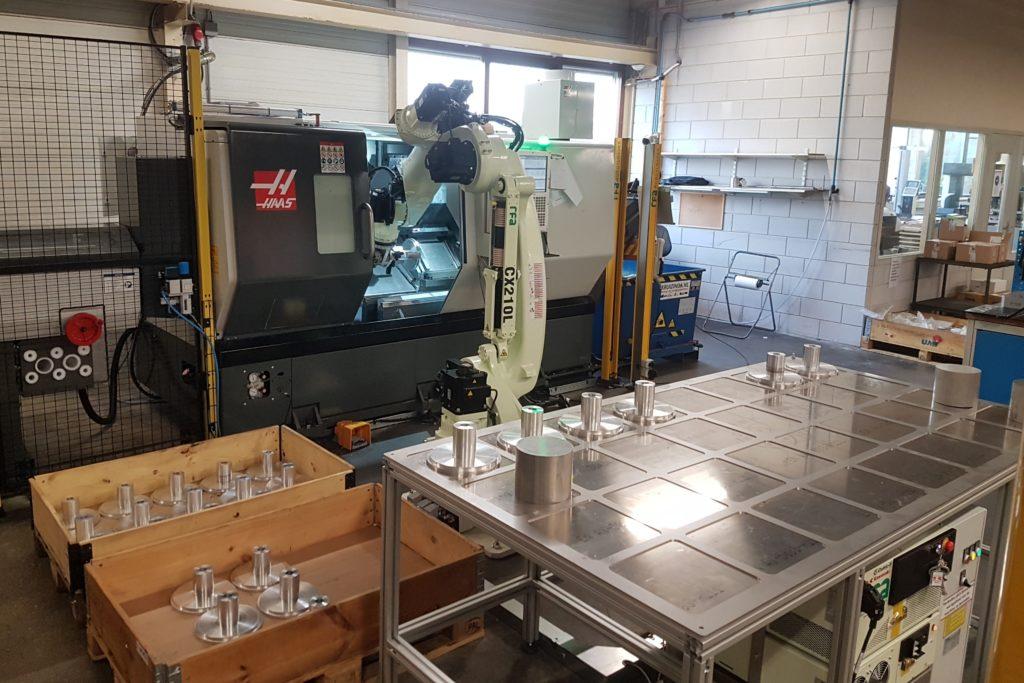 Robot belading van een Haas DS30Y draaimachine met behulp van een Kawasaki CX210LFE02 robot. De geautomatiseerde machine maakt vele onbemande uren.